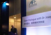 Joseph Stiglitz diskutuje s fanúšikom Rona Paula
