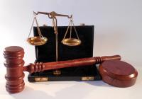 Súdna moc nad zákonodarnou a výkonnou mocou?