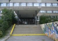 Stáť za bránami škôl…