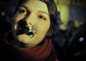 žena prelepené ústa èierna páska