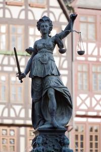 800px-Frankfurt_Am_Main-Gerechtigkeitsbrunnen-Detail-Justitia_von_Westen-20110408