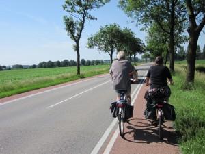 Medzi dedinami je súčasťou cestnej komunikácie aj pruh určený pre cyklistov.