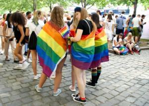 OJjYfBhCSh3o-ZQ2MW9_wA_Alenka-v-iernom-a-Lenka-vo-vlajke-pri-li-podpori-LGBTI-komunitu