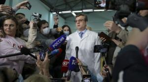 Omský lekár podáva správu médiám