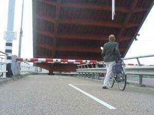 Cesty sa križujú s lodnými tepnami, preto sa stáva, že musíte chvíľu počkať pokým sa most opäť uzavrie, aby ste mohli pokračovať ďalej.