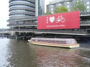 Niekoľkoposchodové parkovisko pre viac ako 3000 bicyklov v blízkosti Central station v Amsterdame