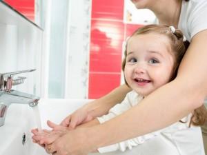 Najlepšími a neškodnými prostriedkami pre udržiavanie čistoty tela sú dobré mydlo a voda. Autor: SHUTTERSTOCK